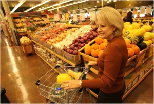 Cecilia Anderson, a cancer patient, shopped for organic food in Houston, though studies have not showed that diet can help with cancer.